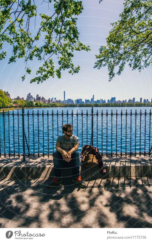 Hier soll doch irgendwo New York City sein... Mensch Natur Ferien & Urlaub & Reisen Jugendliche Stadt Sommer Wasser Baum Erholung Blatt Junger Mann 18-30 Jahre Erwachsene See Park maskulin