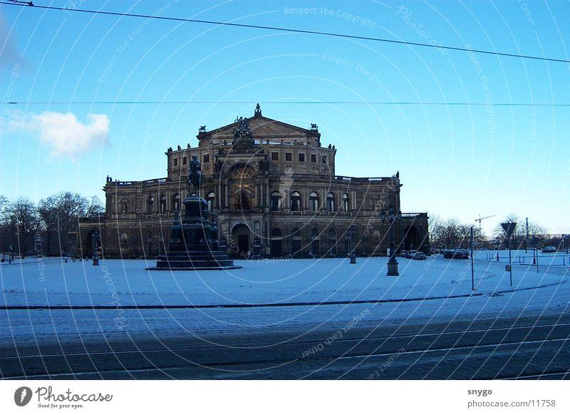 Semperoper Winter kalt Schnee Architektur Frost Dresden Denkmal historisch Blauer Himmel Bekanntheit Sachsen Semperoper Berühmte Bauten Historische Bauten