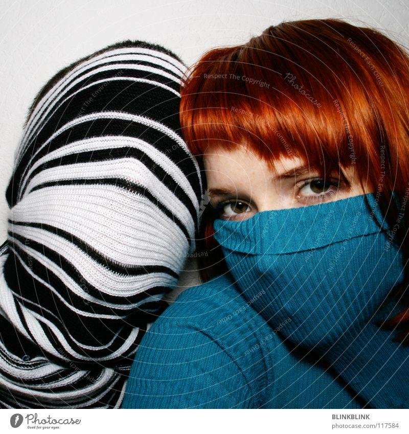 mrms2 Mann Frau türkis Rollkragenpullover Pullover Schal Streifen schwarz weiß Hand rot rothaarig Haarschnitt glänzend schön Schulter verdeckt Wolle Seil Unsinn