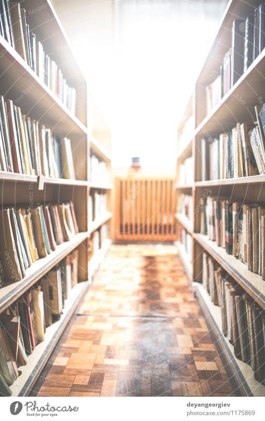 Alte Bücher in einer Vintage-Bibliothek lesen Schule Studium Buch Papier Sammlung alt retro braun Weisheit Bücherregal Regal altehrwürdig Bücherschrank Bildung