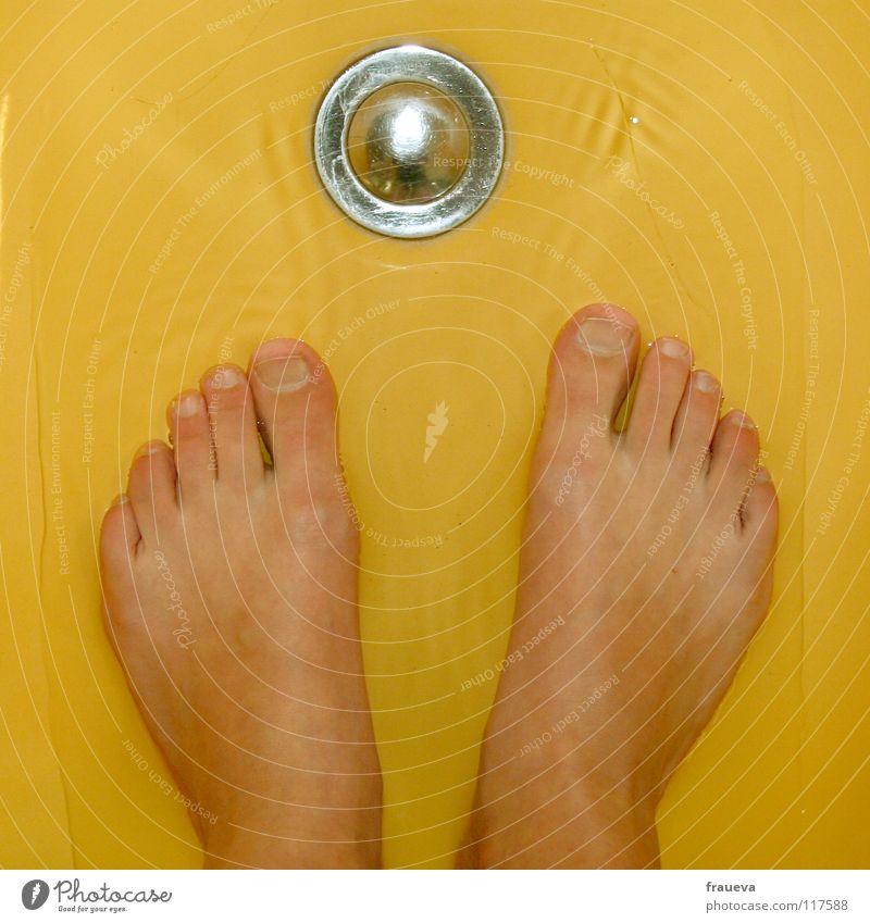 waschtag Innenaufnahme Kunstlicht Badewanne Fuß gelb Farbe Zehen Abfluss Haushalt bathroom Waschen wash feet Stöpsel Barfuß