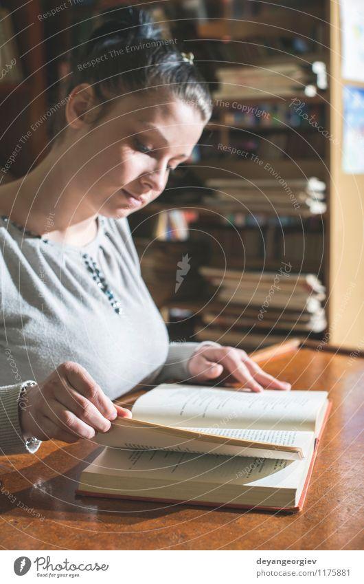Mensch Frau alt schön weiß Mädchen Erwachsene Stil Schule Lifestyle Tisch Buch lernen Studium retro lesen