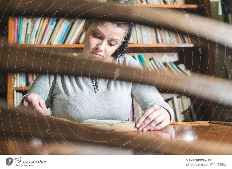 Studentenmädchen in einer Bibliothek Lifestyle Stil schön lesen Tisch Schule lernen Studium Mensch Mädchen Frau Erwachsene Buch alt retro weiß jung altehrwürdig
