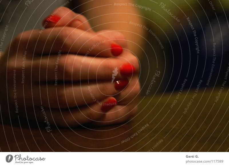 lasset uns.... weich zart Zärtlichkeiten Physik Hand festhalten Schutz Finger Frau Nagellack rot Holz Tischplatte Gebet ruhig schweigen Wunsch Vertrauen