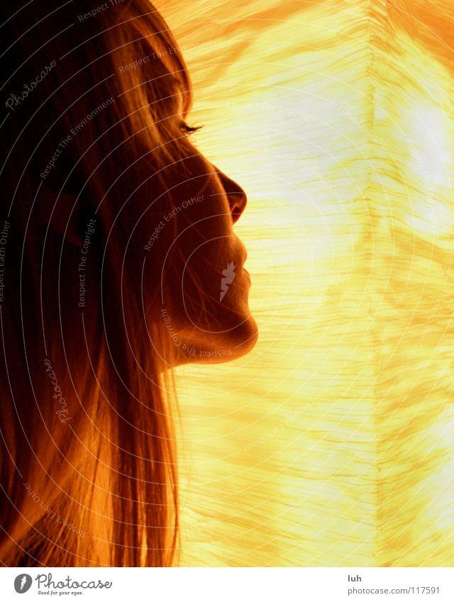 Lichtblick. Jugendliche schön Gesicht Lampe Gefühle Stil träumen Haare & Frisuren hell ästhetisch beobachten Wimpern verträumt geschmackvoll