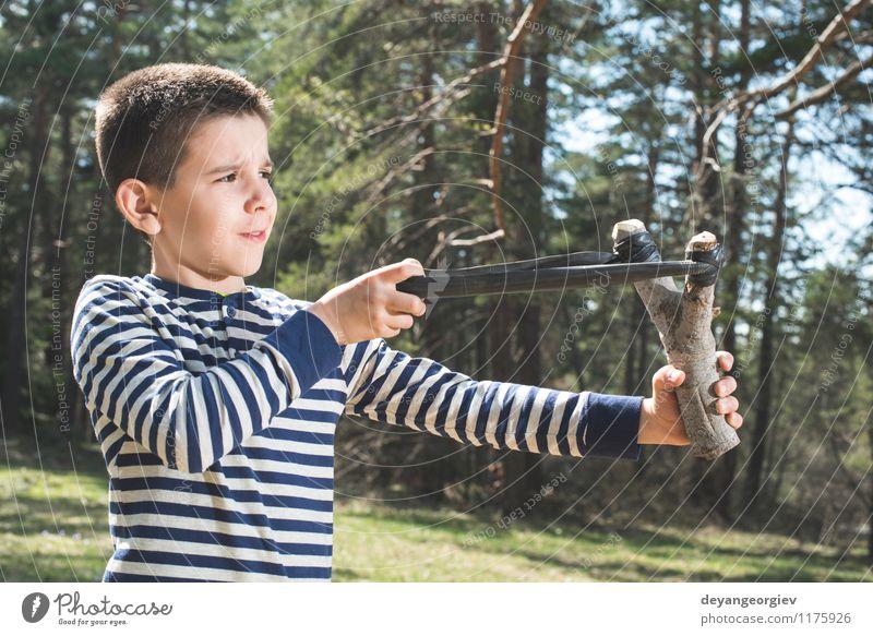 Kinderspiel mit Riemenspielzeug Freude Spielen Hooligan Mensch Junge Kindheit Hand Leder Spielzeug alt bedrohlich lustig retro weiß Gewalt Steinschleuder
