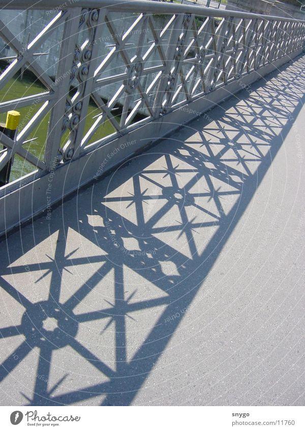 brücke Stahl Architektur Brücke Wasser Schatten Graffiti hell Geländer Fluss
