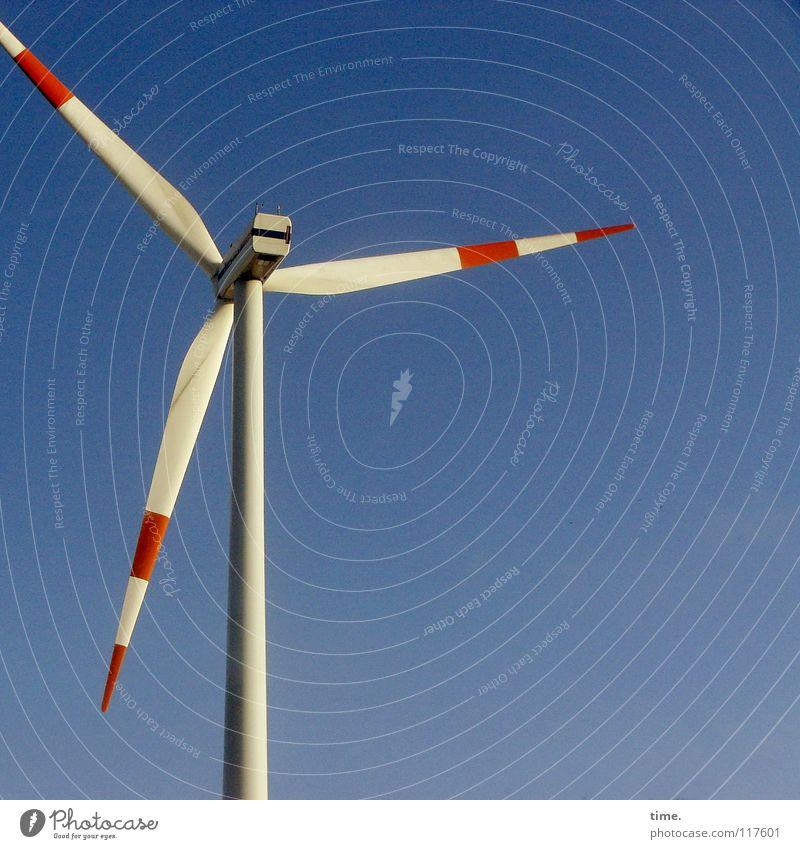 Vogelscheuche (hightech style) Himmel blau weiß rot Energiewirtschaft Luft Wind Technik & Technologie Beton 3 Sauberkeit Windkraftanlage Denkmal Wahrzeichen