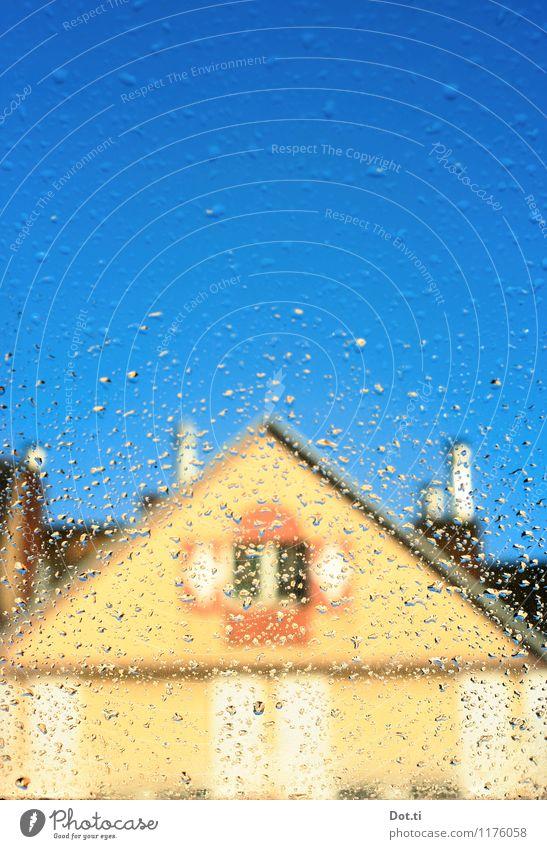 april in may Wassertropfen Himmel Wolkenloser Himmel Wetter Schönes Wetter Regen Stadt Haus Gebäude Fassade Dach Schornstein blau Dachgiebel nass Fensterscheibe