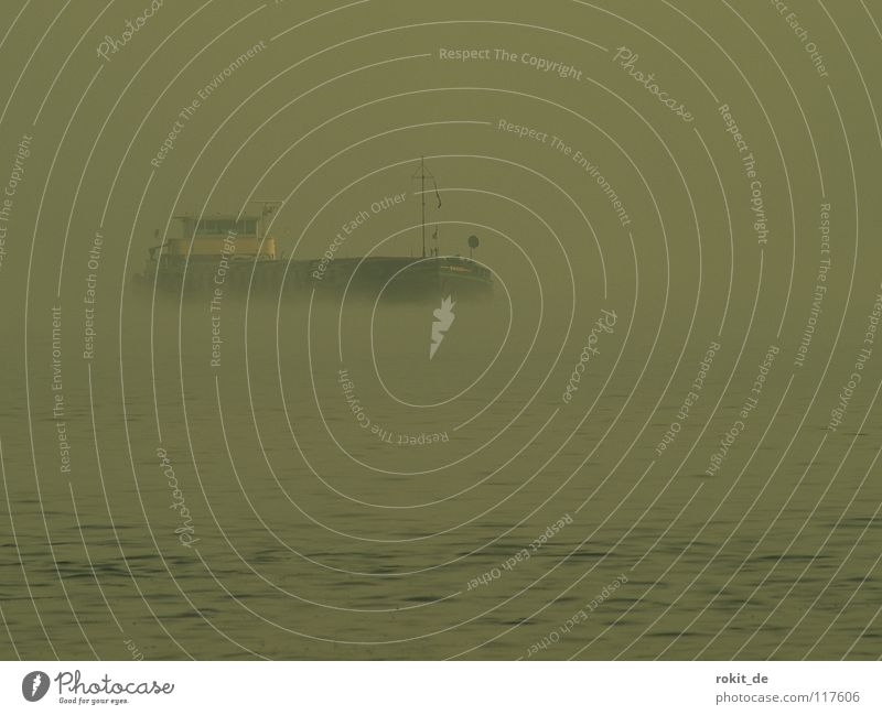 Nebel des Grauens Wasser Winter ruhig Herbst kalt grau Küste Wasserfahrzeug Wellen gehen Angst Nebel nass gruselig Schifffahrt Im Wasser treiben