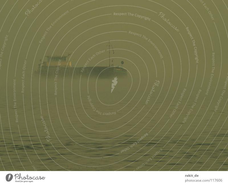 Nebel des Grauens Wasserfahrzeug Wellen unheimlich ruhig Rheingau Eltville Kapitän auftauchen grau nass kalt Winter Herbst gruselig Angst Panik Schifffahrt fog