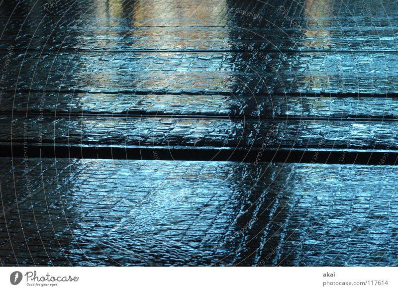 Freiburger Perspektiven 9 Stadt himmelblau nass Glätte Gleise Straßenbahn krumm Teer Sandstein Eisen Stahl Reflexion & Spiegelung Langzeitbelichtung Verkehr
