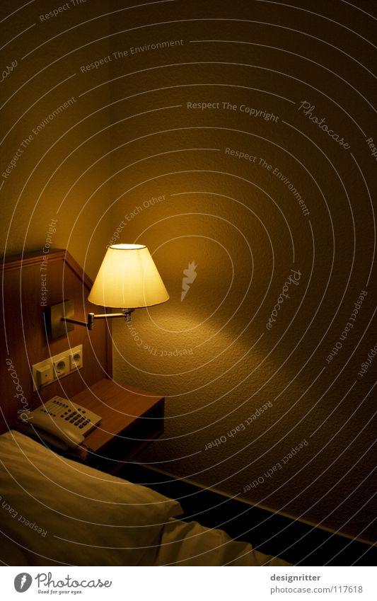 ungewohnt Ferien & Urlaub & Reisen ruhig Einsamkeit dunkel Raum schlafen Bett Hotel Langeweile Decke gemütlich Miete fremd Kissen unterwegs Bettdecke