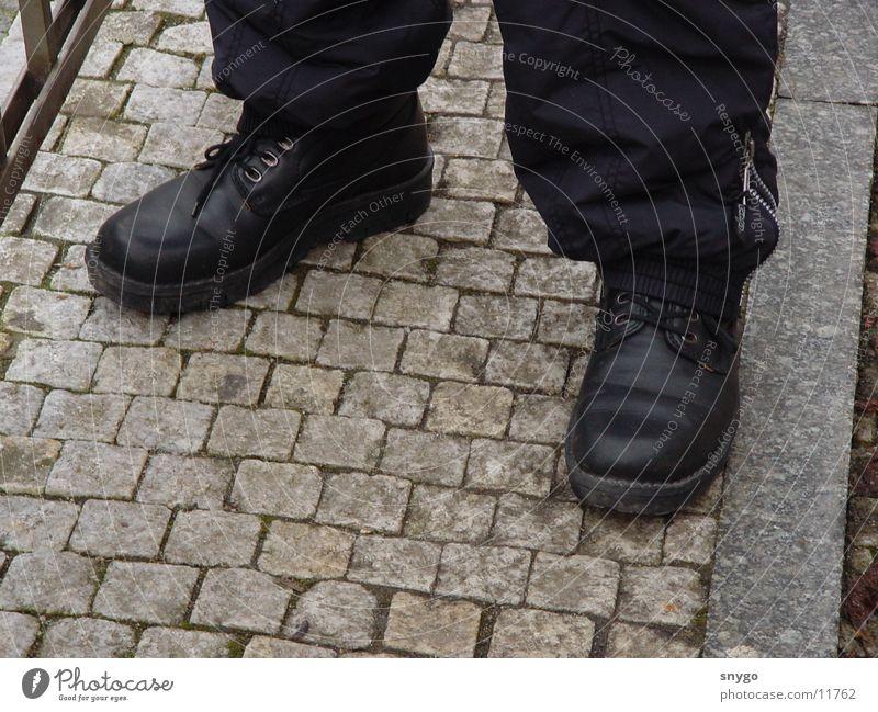 Rechts? Mann ruhig Schuhe Kopfsteinpflaster rechts