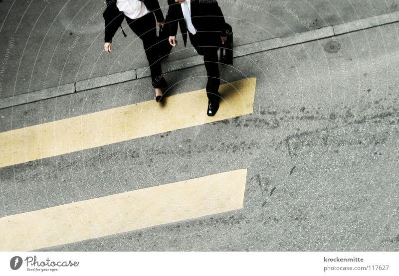 Sprossen zum Erfolg Zebrastreifen Fußgänger Schuhe gelb Asphalt Verkehr Stadt gehen Überqueren betoniert Teer Streifen Anzug Mittagspause Arbeitsweg Hemd