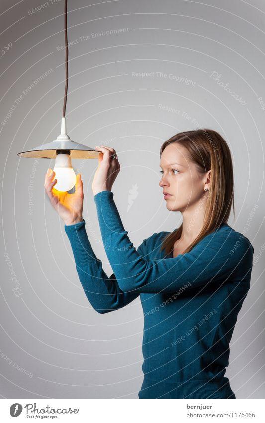 Illuminatin Mensch Frau Jugendliche grün Junge Frau Einsamkeit Mädchen 18-30 Jahre Erwachsene feminin Lampe Energiewirtschaft leuchten modern authentisch Elektrizität
