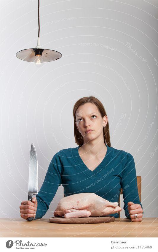 Leniwandadum Lebensmittel Fleisch Bioprodukte Messer Mensch feminin Junge Frau Jugendliche 18-30 Jahre Erwachsene träumen Ehrlichkeit Ente Kochmesser Lampe