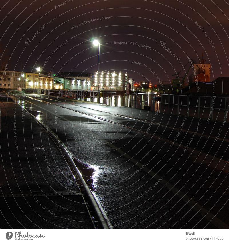 night light Nacht Langzeitbelichtung ruhig Einsamkeit Gleise Asphalt Licht Reflexion & Spiegelung Pfütze Anlegestelle Hafen Industrie Lampe Wasser Becken Küste