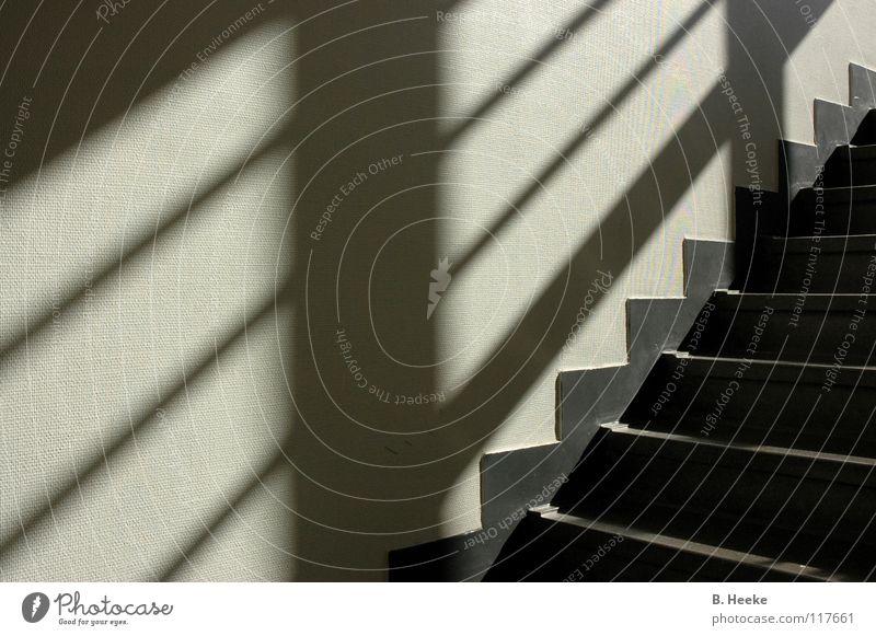Treppauf graphisch Muster aufwärts abwärts Dreieck Treppenhaus Flur Schatten Zacken Hüfferstiftung