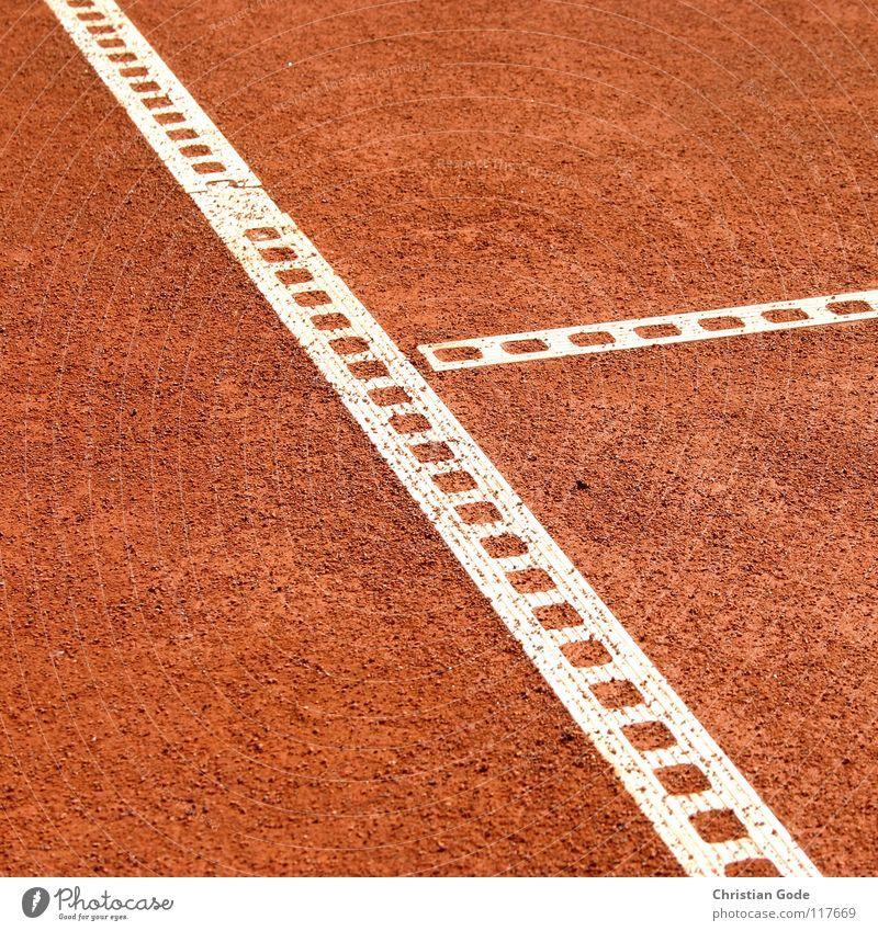 T- Linie Tennis Sportplatz Spielfeld Aufschlag rot Sommer Volleyball schlagen Spielen Strukturen & Formen reserviert Grundlinie Fußspur sprengen Sandplatz