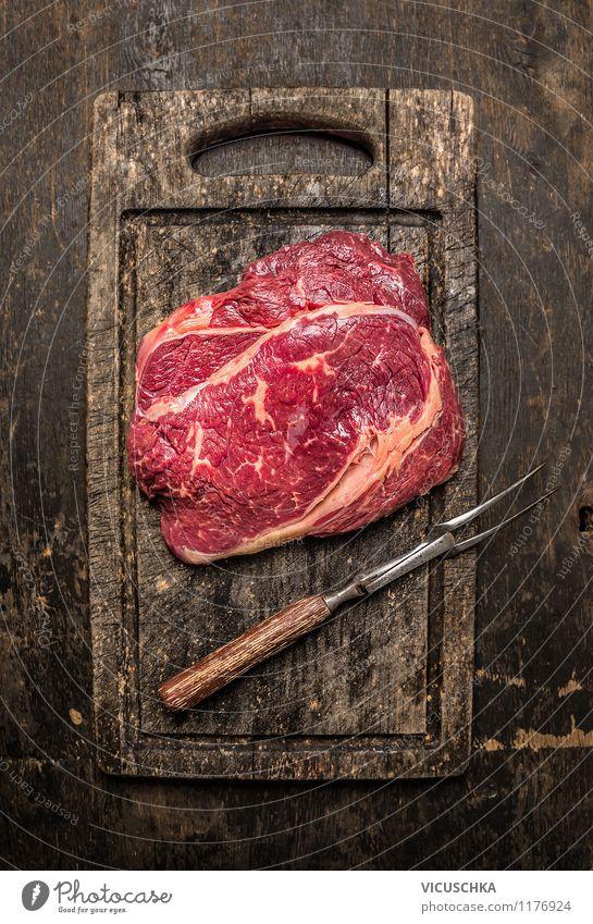 Rindfleisch mit Fleischgabel auf altem Schneidebrett Gesunde Ernährung dunkel Stil Essen Lebensmittel Design Tisch Küche Bioprodukte Restaurant Appetit & Hunger