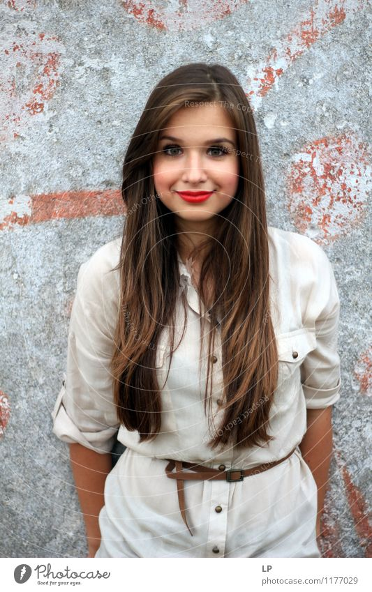 L4 Lifestyle Freude schön Schminke Lippenstift Leben feminin Junge Frau Jugendliche Körper Haare & Frisuren Mode Hemd Gürtel langhaarig beobachten Lächeln