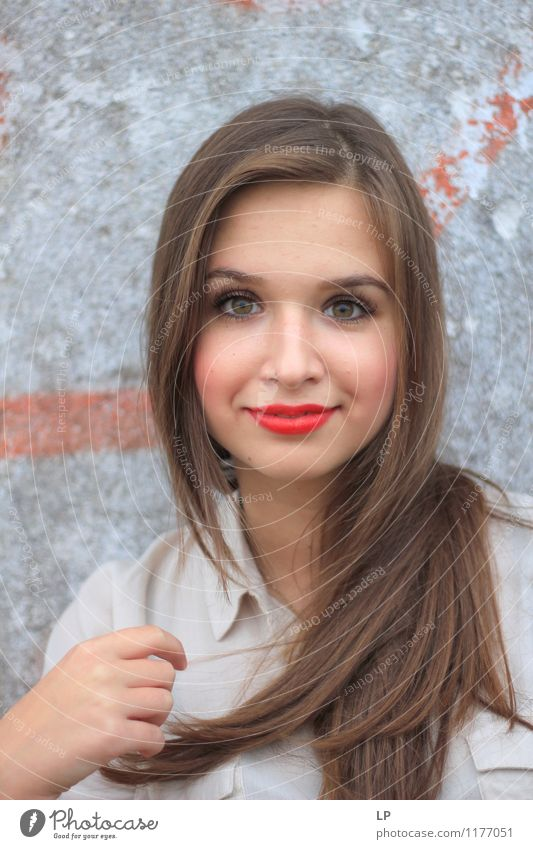 L1 schön Schminke Lippenstift Junge Frau Jugendliche Haare & Frisuren Gesicht genießen Lächeln weich grau rot selbstbewußt Optimismus Erfolg Willensstärke
