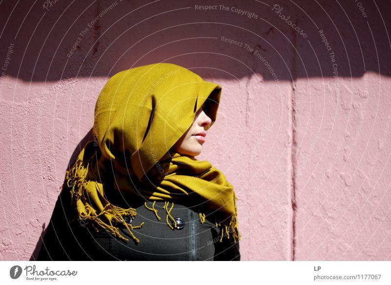 Profil und ein Schal Jugendliche schön grün Junge Frau ruhig schwarz Gesicht Wärme Wand feminin Stil Mauer rosa träumen weich einzigartig