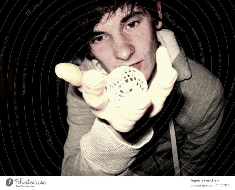 discodingsi Jugendliche Hand schwarz gelb dunkel grau Kugel Alkohol erstaunt Discokugel Gelbstich Kapuzenpullover