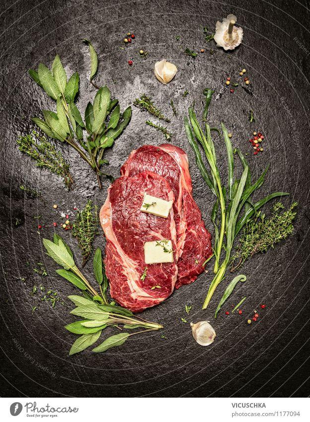 Rohe Roastbeef Steaks mit verschiedene frischen Kräutern Gesunde Ernährung Stil Lebensmittel Design frisch Tisch Ernährung Kräuter & Gewürze Bioprodukte Restaurant Grillen Fleisch Top Abendessen Diät Mittagessen