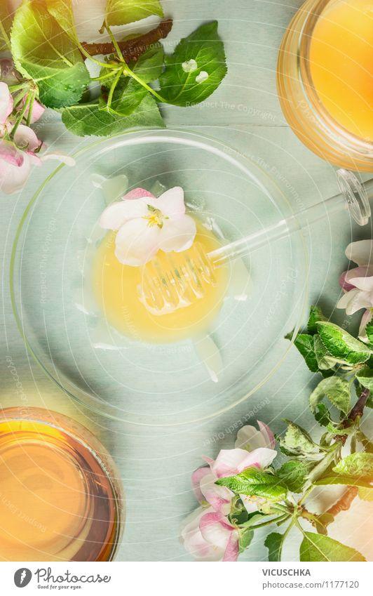 Honig mit frischen Blüten und Tasse Tee Blume Gesunde Ernährung Leben Stil Garten Lebensmittel Design Tisch Getränk Süßwaren Bioprodukte Duft Frühstück