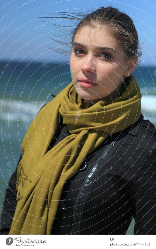 Jugendliche grün Junge Frau ruhig schwarz feminin Stil Gesundheit Kopf Mode Lifestyle Zufriedenheit frisch elegant Körper Lächeln
