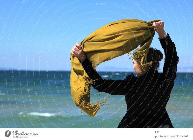 Senf Schal feminin Rücken 1 Mensch beobachten entdecken festhalten genießen Blick Ferne hell schön einzigartig maritim blau gold schwarz Freude Kraft Macht Mut