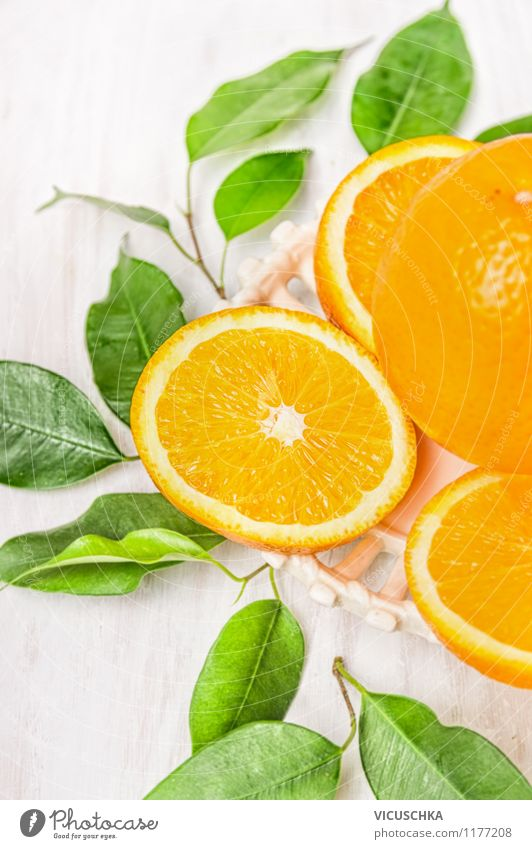 Geschnittene Orange mit grünen Blätter Natur Sommer weiß Gesunde Ernährung gelb Leben Essen Autofenster Stil Lebensmittel Design Frucht frisch Tisch