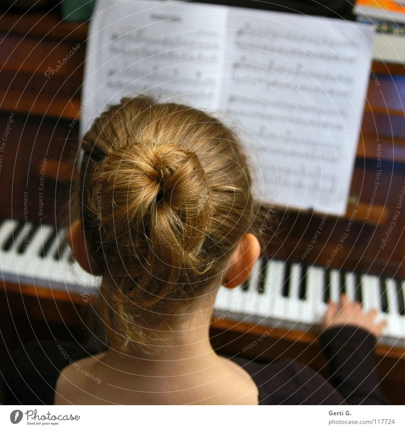 POPCORN Mädchen Kind Dutt Haare & Frisuren blond Hochsteckfrisur Holz Hand Finger Griff Akkord dritte Klavier Notenheft Anschlag Tasteninstrumente Klaviatur