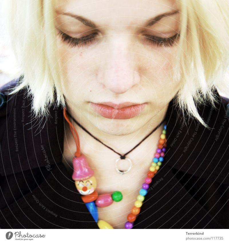 Du.bist.Audrey.Hepburn. Frau blond Sexismus Partnerschaft Kurzhaarschnitt Schüchternheit Asphalt Halskette mehrfarbig rot grün gelb rosa violett schwarz Mantel