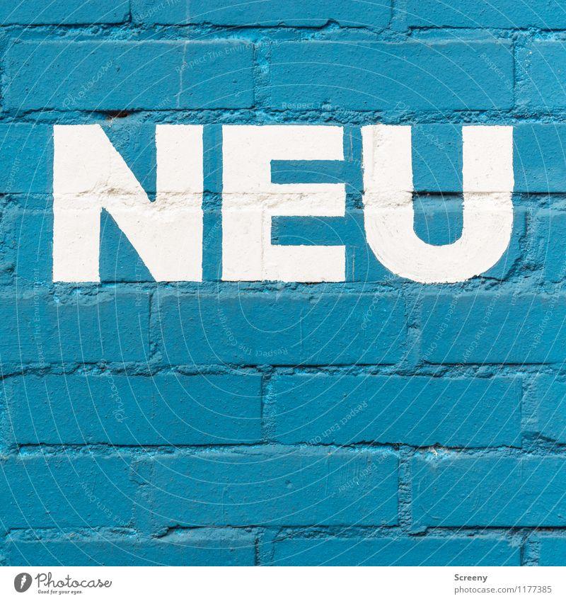 ... ist nicht immer besser | UT Köln Stadt blau weiß Farbstoff Schriftzeichen neu Backstein