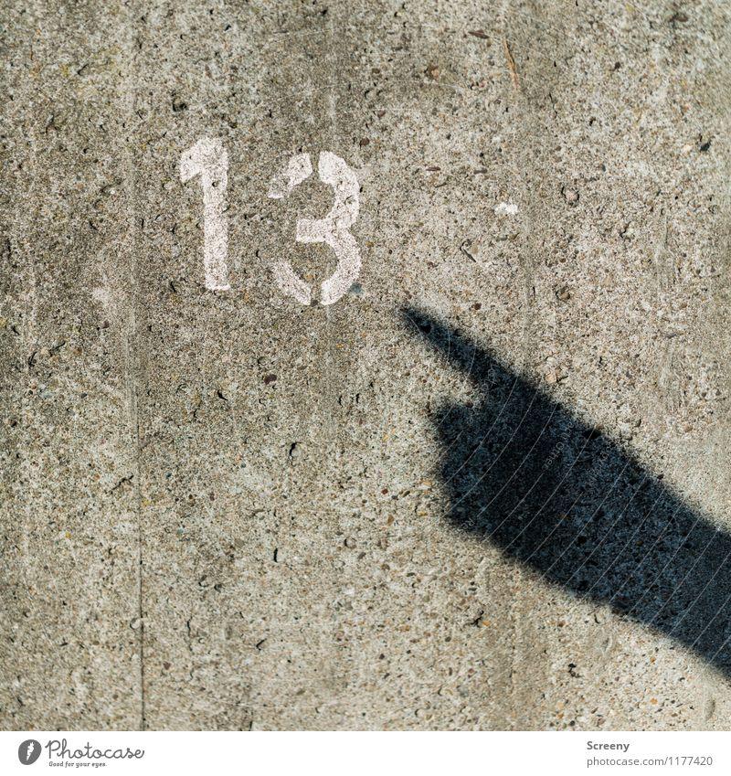 Die 13 | UT Köln Hand Finger Mauer Wand Beton Zeichen Ziffern & Zahlen grau weiß Volksglaube zeigen deuten Pechvogel Glück Farbfoto Außenaufnahme Detailaufnahme