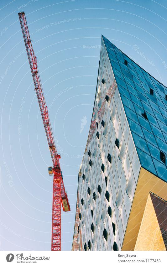 Elbphilharmonie mit rotem Kran blau Fenster gelb Architektur außergewöhnlich Fassade glänzend Arbeit & Erwerbstätigkeit Glas Musik ästhetisch Zukunft Hamburg