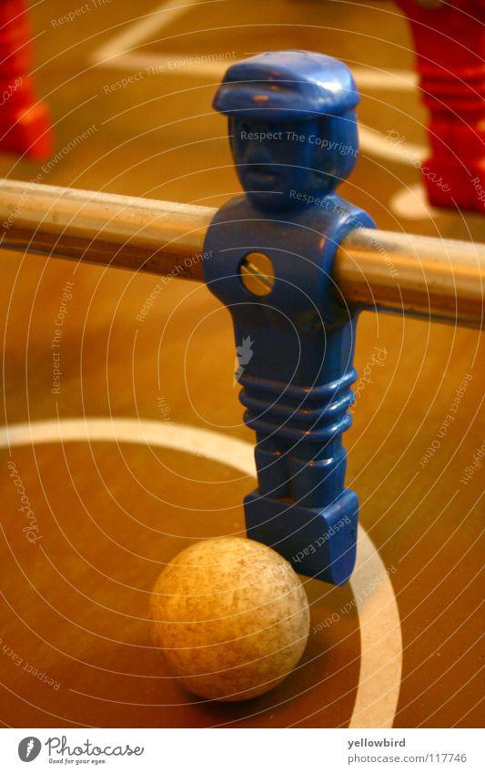 Der Hauptmann. Tischfußball Fußballer Sport Spielen Ball Kugel blau Spielfigur Schraube Mittelkreis Vorderansicht Nahaufnahme Stab Perspektive