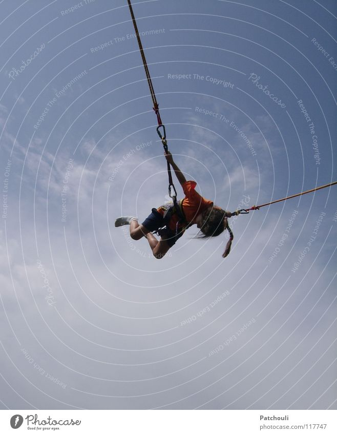 Flieg Kleine, flieg! Trampolin Mädchen Nachbar Salto Wolken springen hüpfen drehen Kraft Vogel Sport Spielen Kind Himmel Gummiseil Kim Turnfest Mädchenriege