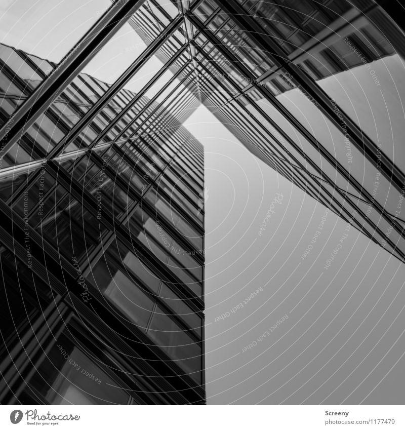 Hoch hinaus #6 Stadt Hochhaus Gebäude Architektur Fassade Fenster Glas Metall hoch Wachstum Schwarzweißfoto Außenaufnahme Menschenleer Tag