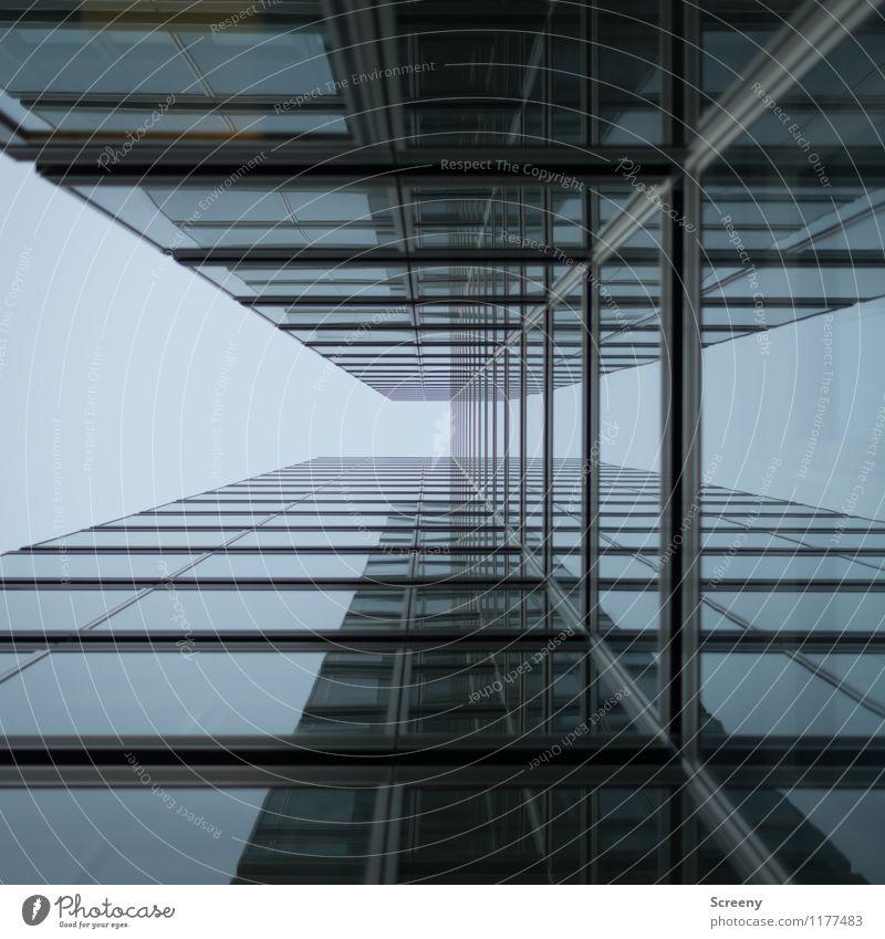 Hoch hinaus #3 Himmel Wolkenloser Himmel Stadt Hochhaus Gebäude Architektur Fassade Fenster hoch blau gegenüber Bürogebäude Farbfoto Außenaufnahme Tag