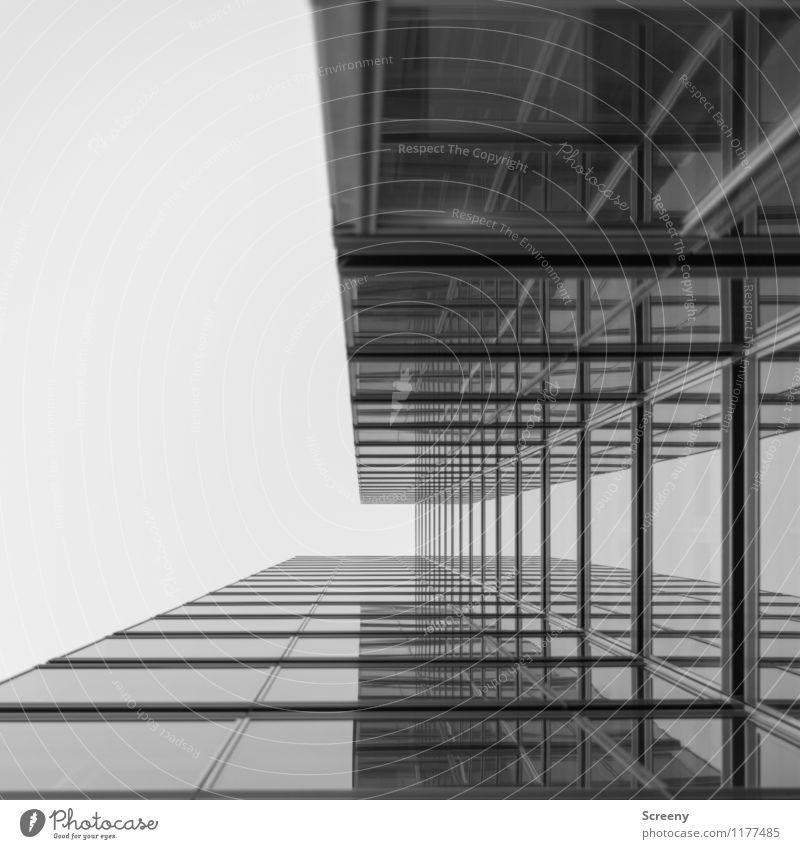 Hoch hinaus #5 Stadt Hochhaus Gebäude Architektur Fassade Fenster Glas Metall hoch Wachstum Schwarzweißfoto Außenaufnahme Menschenleer Tag