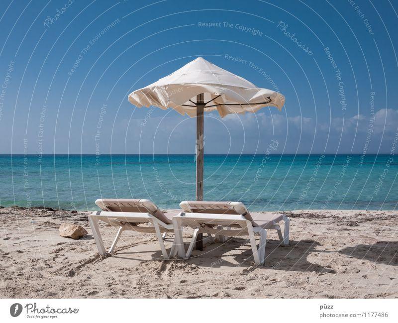 Urlaub! Ferien & Urlaub & Reisen Tourismus Ferne Sommer Sommerurlaub Sonne Sonnenbad Strand Meer Sonnenschirm Liegestuhl Landschaft Himmel Wolkenloser Himmel