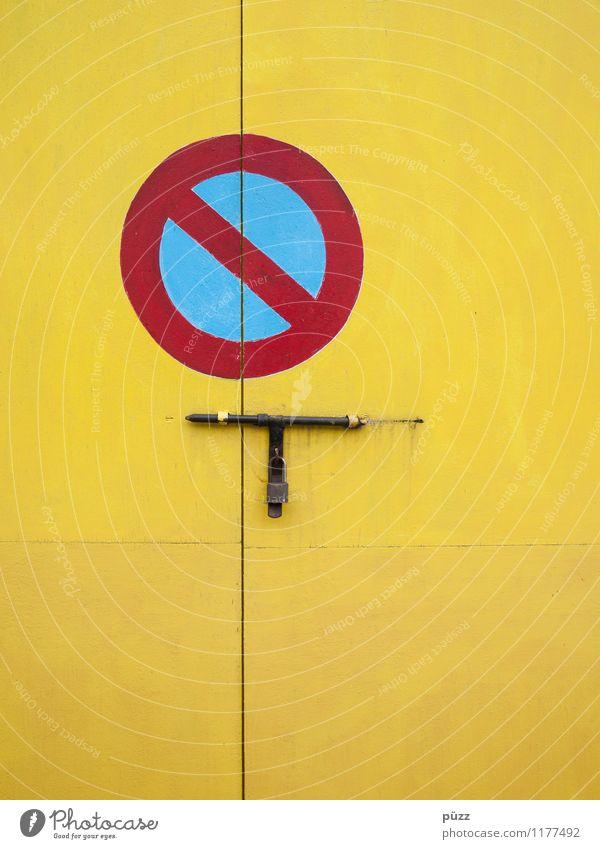 Hier nicht! Menschenleer Haus Hütte Gebäude Tür Verkehr Autofahren Verkehrszeichen Verkehrsschild Holz Zeichen Schilder & Markierungen Hinweisschild Warnschild