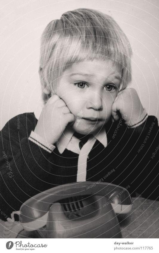 SIE ruft nicht an .. Kind alt sprechen Junge Haare & Frisuren Traurigkeit blond Telefon retro Spielzeug Jacke Langeweile Telefongespräch genervt