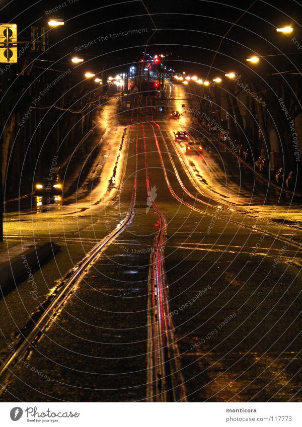 Schienen Gleise dunkel Nacht Laterne Außenaufnahme Geschwindigkeit Verkehrswege Straße Beleuchtung