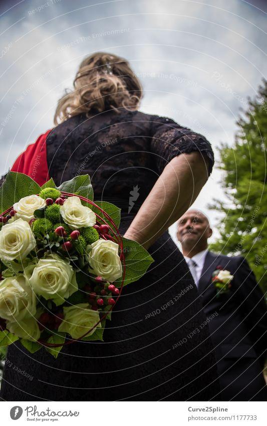 Das Versprechen Mensch Frau Mann weiß rot Wolken Freude schwarz Erwachsene feminin Glück Paar maskulin elegant 45-60 Jahre Hochzeit