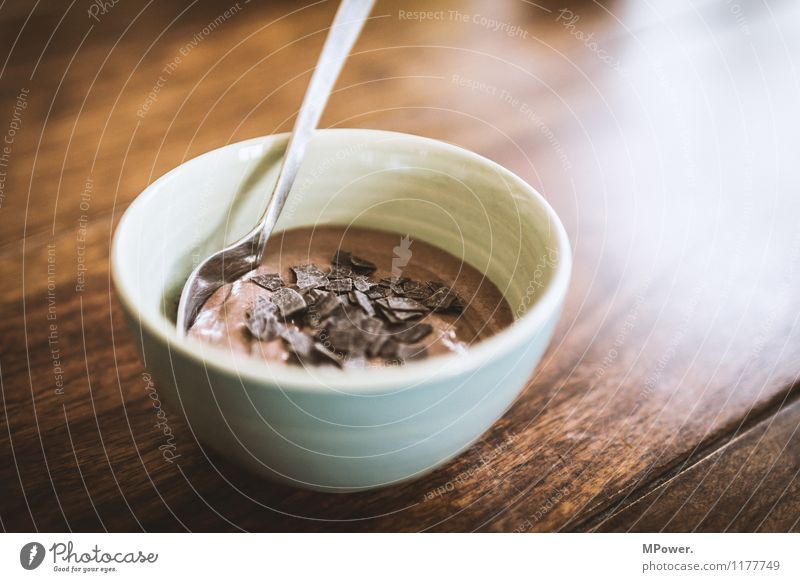 mousse de chocolate Lebensmittel Speise Essen Foodfotografie Kaffeetrinken Slowfood gut schön süß Dessert Holztisch Schokolade lecker Schokoladenstreusel